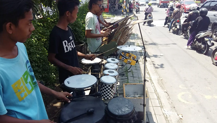 Angklung bands at traffic lights intersections, Yogyakarta