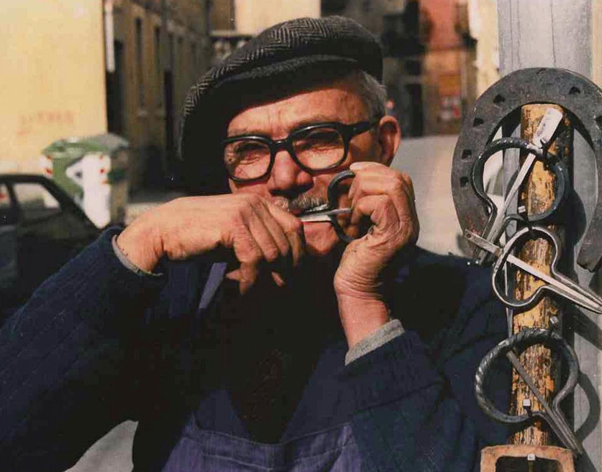 FIGURE-12.-The-maker-and-virtuoso-player-Giacomo-Tremoglie-from-Leonforte-(photo-G.-Fiumara)