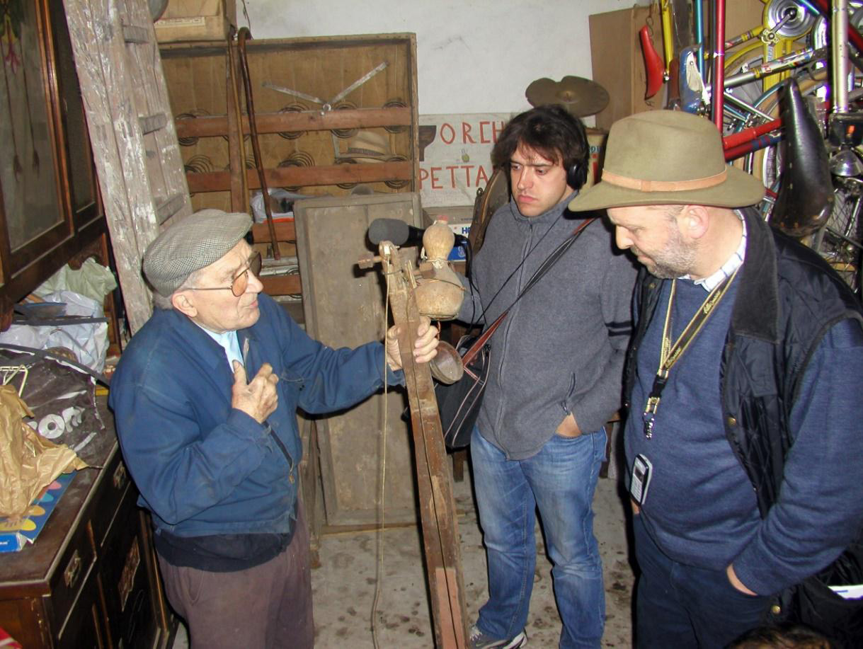 FIGURE 5. A moment of the new research itinerary launched in 2004 the informant Guido Saracco, Sarachèt (1916-2010), shows the instrument called torototela