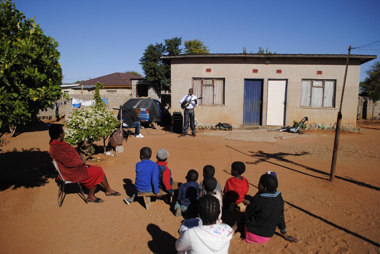 """FIGURE 12. Sibongile Kgaila and his """"home audience"""" (Thamaga, 2nd July 2018_photo S. Montaquila)"""