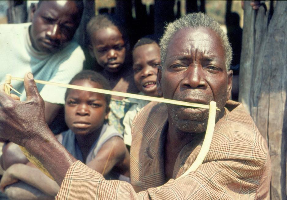 FIGURE 4. Friction bow kawayawaya played by Kapokola Chimbau