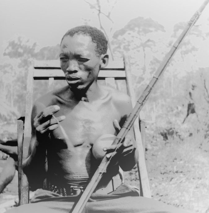 FIGURE 7(a). Lithundu Musumali, a musical bow performer of the !Kung' ethnic group