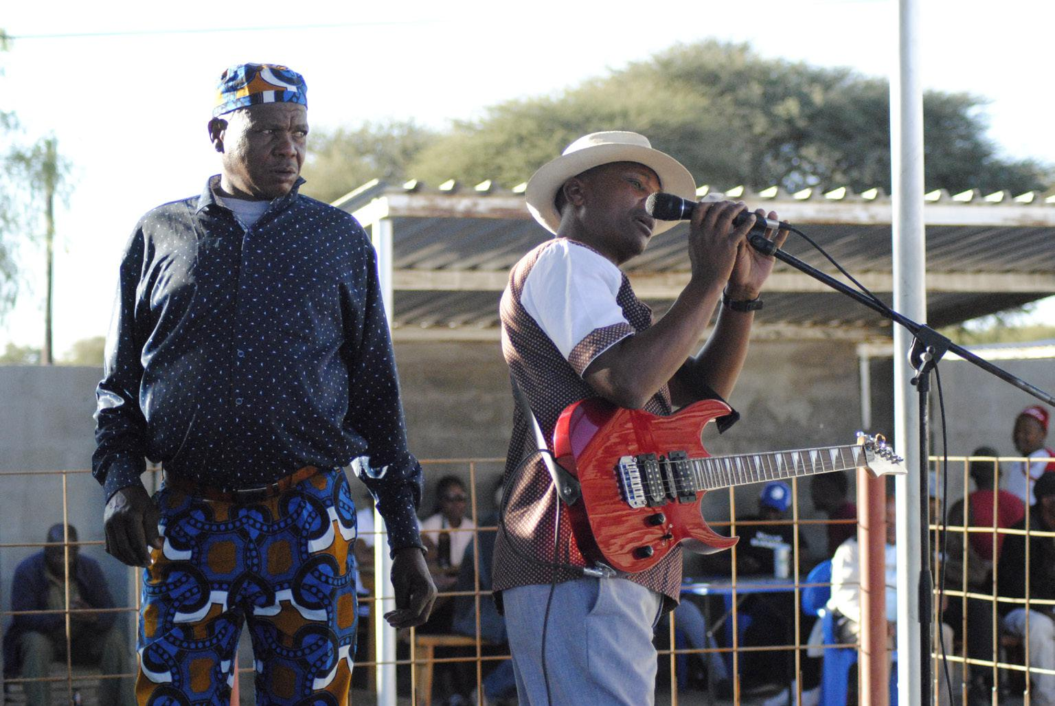 FIGURE 9. Sibongile Kgaila (left) and Solly Sebotso (right) during the soundcheck (Kweneng, 30th June 2019_photo S. Montaquila)