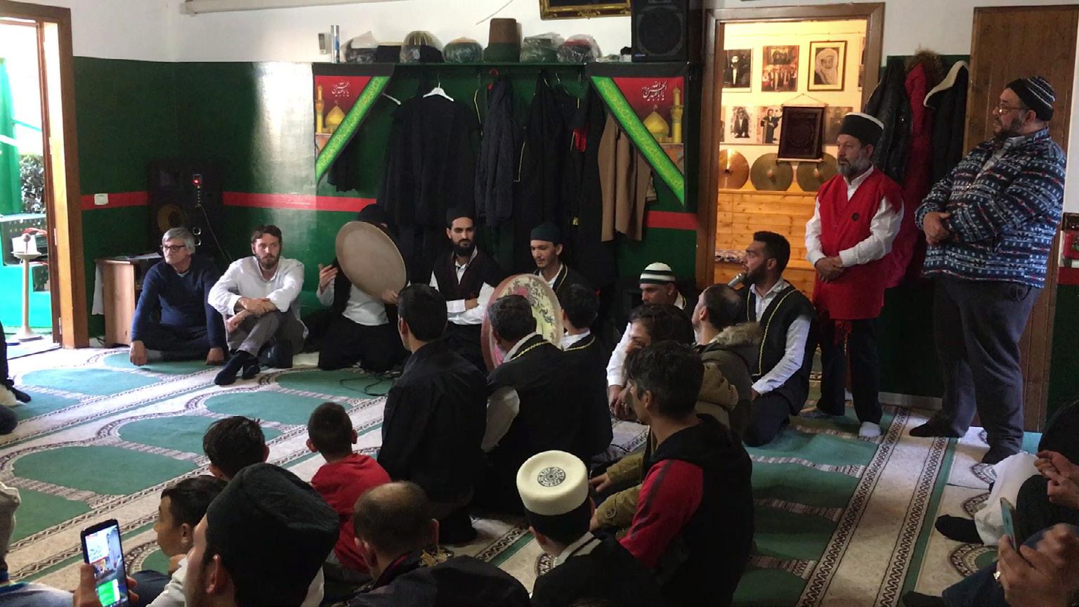 FIGURA 2. Canto di ilahi prima dell'inizio dello zikr (Sultan nevruz, 16 marzo 2019, frame da video di M. R. Coppola).