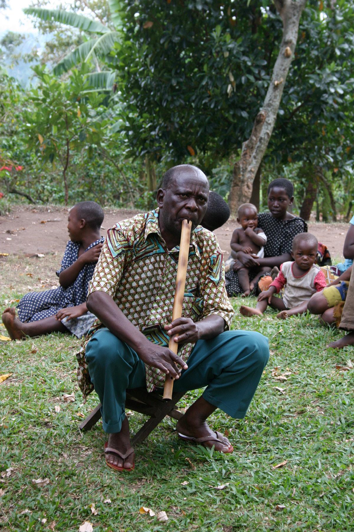 FIGURA 1. Erissanya suona l'enyamulera nel villaggio di Kiondo (Kasese, 2007, foto: C. Zavaroni).