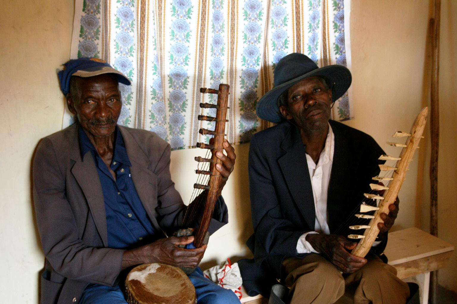 FIGURA 3. Da sinistra, Zedekyia e Kule Apolo Ngholhogho, Ibanda 2008 (foto: V. V. Crupi).