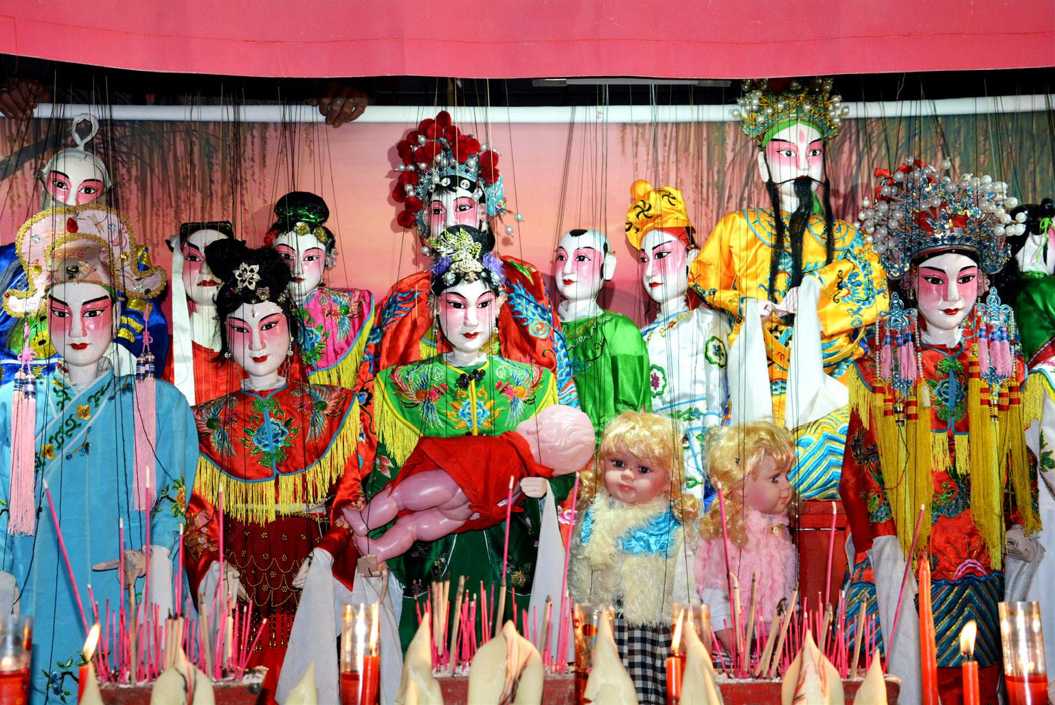 FIGURA 3. Momento finale di un rituale di fertilità realizzato con le marionette a Fu'ao il giorno successivo allo spettacolo presentato nell'articolo (foto: F. Serratore).