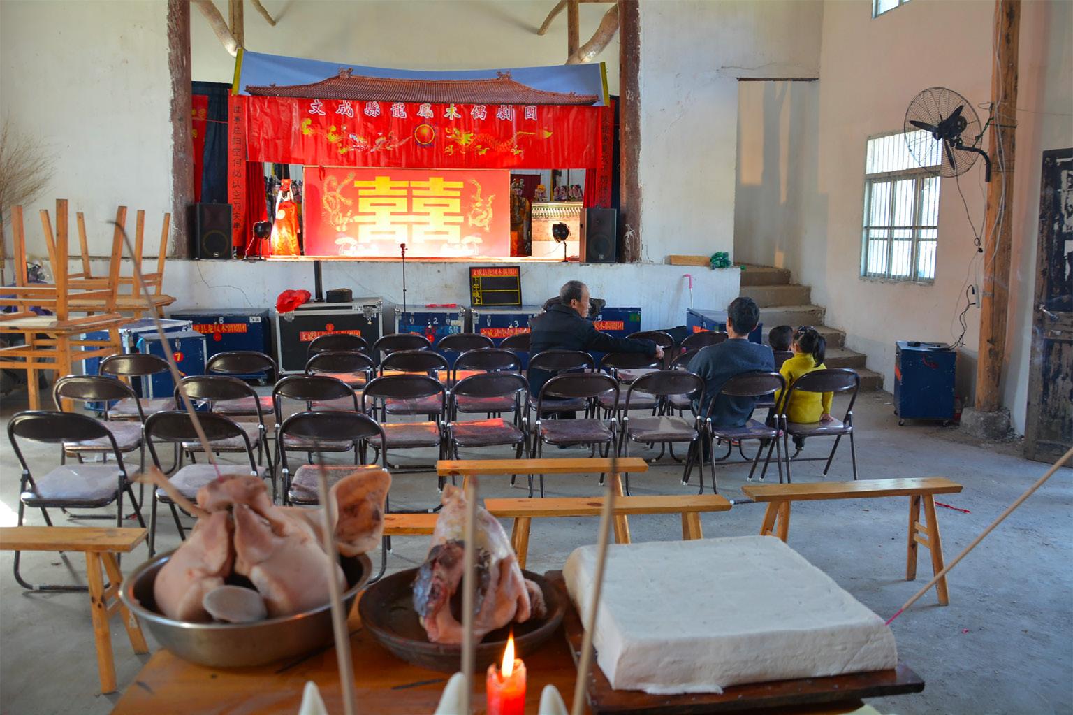 FIGURA 6. Altare sacrificale posizionato di fronte al palcoscenico di Fu'ao dove avrà inizio lo spettacolo delle marionette (foto: F. Serratore).
