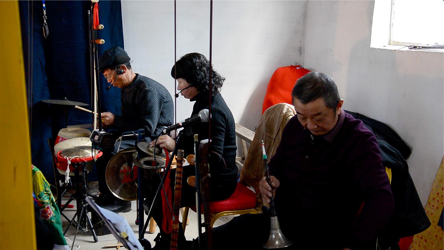 FIGURA 8. Alcuni membri della formazione musicale dello spettacolo a Fu'ao. Nella foto si possono osservare alcuni dei principali strumenti musicali (frame da video di F. Serratore).