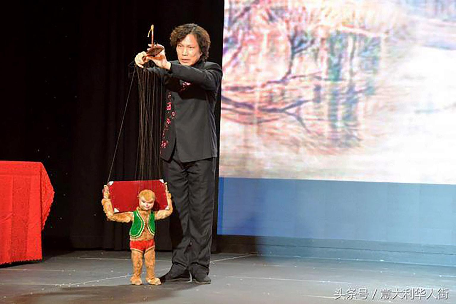 FIGURA 11. Momento dello spettacolo di marionette a Milano durante l'evento Embrace China 2016. La foto è stata scaricata dal sito  (ultimo accesso: 12 dicembre 2019).
