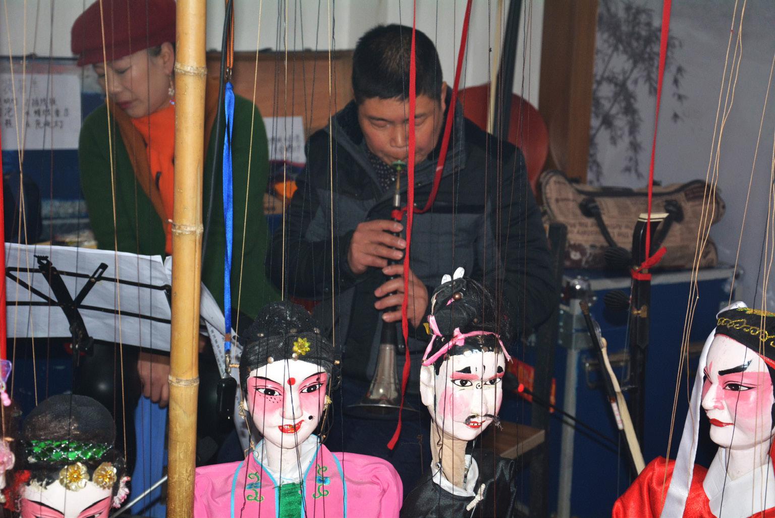 FIGURA 12. Suonatore di oboe suona durante lo spettacolo di marionette a Fu'ao (foto: F. Serratore).