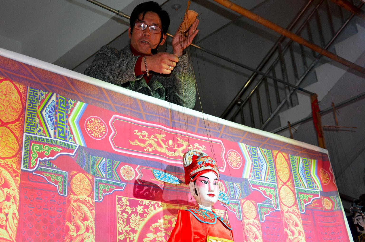 FIGURA 13. Il marionettista Bingkuan durante la performance a Fu'ao (foto: F. Serratore).