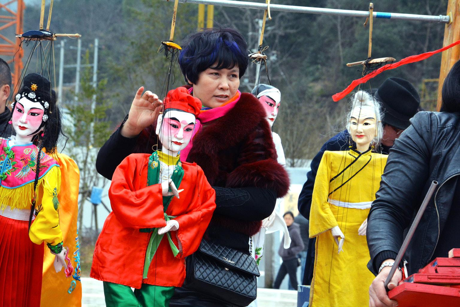 FIGURA 14. Momenti dell'allestimento di uno spettacolo di marionette a Wencheng Daxue in occasione dei festeggiamenti del capodanno cinese (foto: F. Serratore).