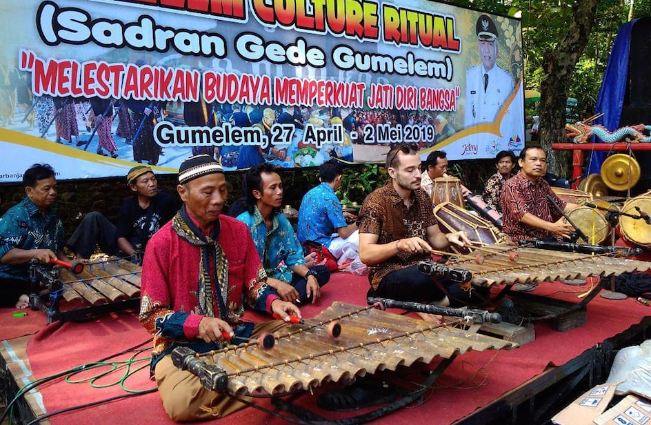 FIGURE 3. The author performing with his teachers during the Sadran (a Javanese celebration held in remembrance of the ancestors) in the village of Gumelem (Susukan, Banjarnegara), 27th April 2019 (photo: Sri Multiyah Susanti).