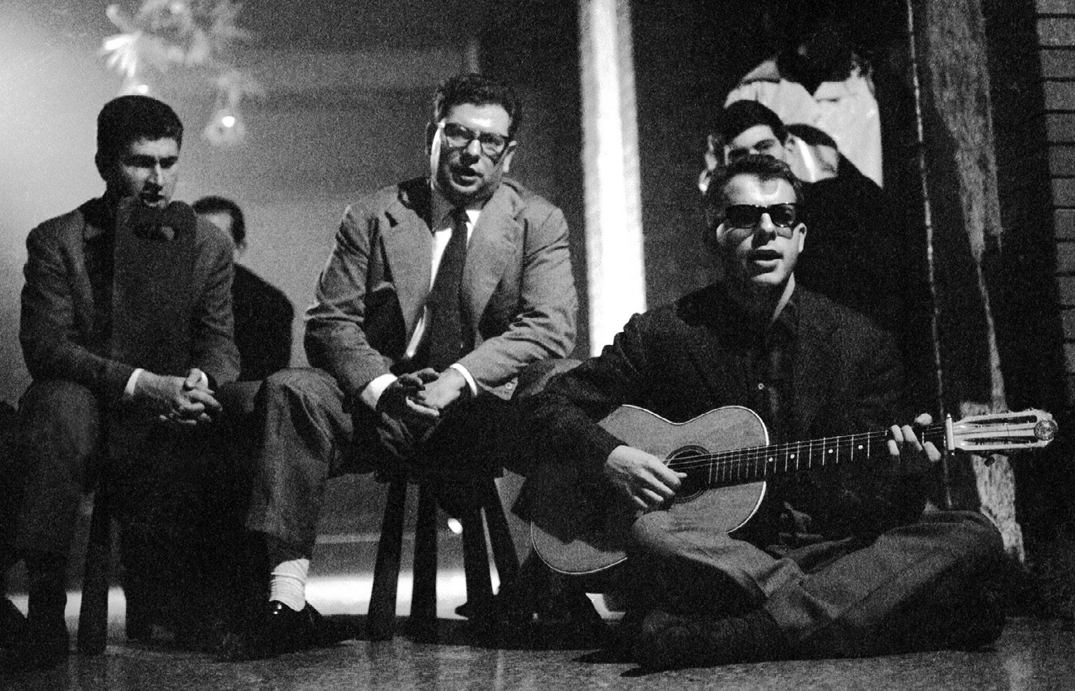 FIGURA 4. Da sinistra: Franco Coggiola, Roberto Leydi e Bruno Pianta con la chitarra. Torino, sede della Camera del Lavoro, 5 settembre 1965 (foto: R. Schwamenthal).