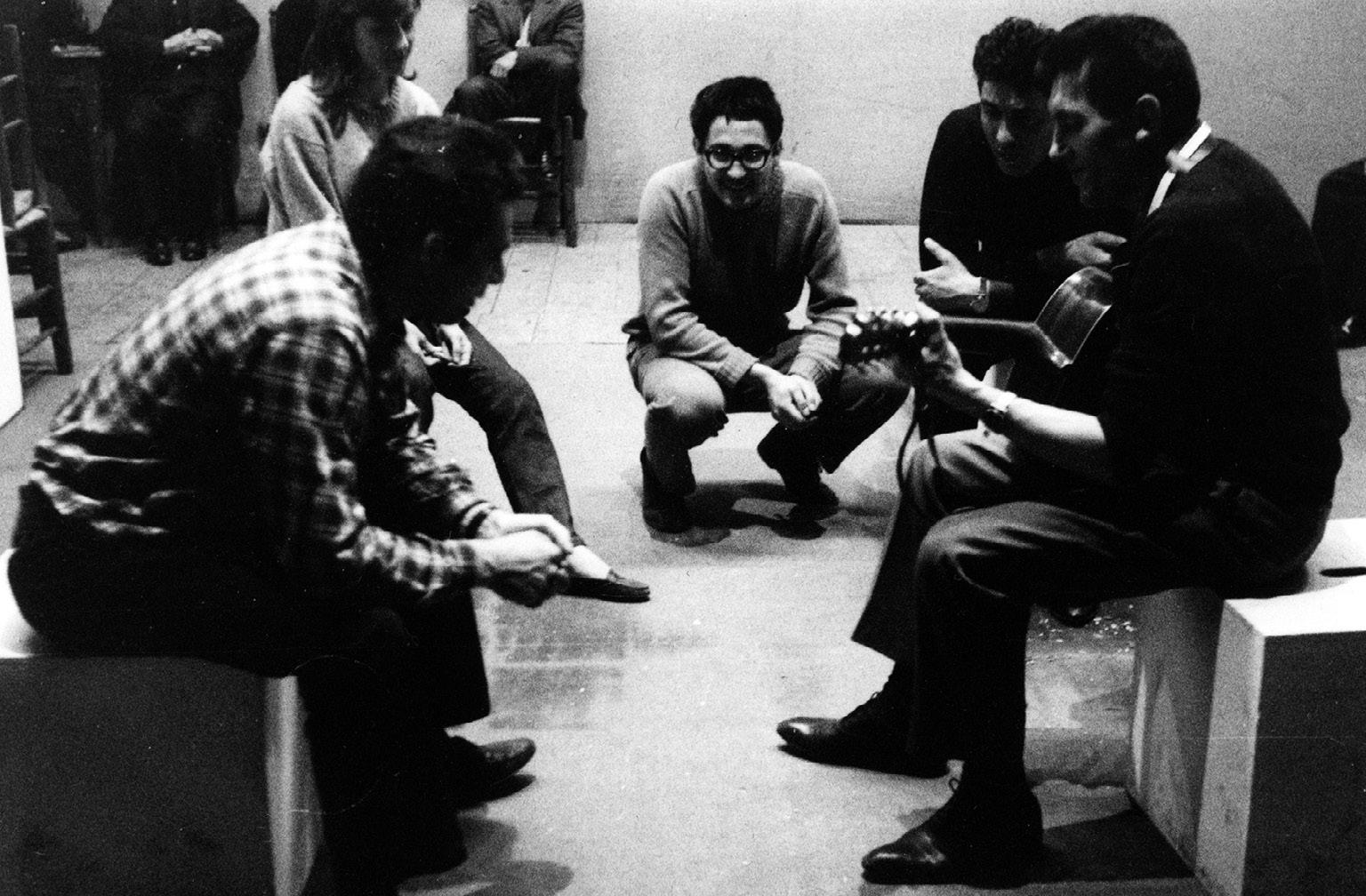 """FIGURA 8. Prove per la messa in scena dello spettacolo """"Ci ragiono e canto"""", regia di Dario Fo, Milano, Teatro Manzoni, 1966 (foto: R. Schwamenthal)."""
