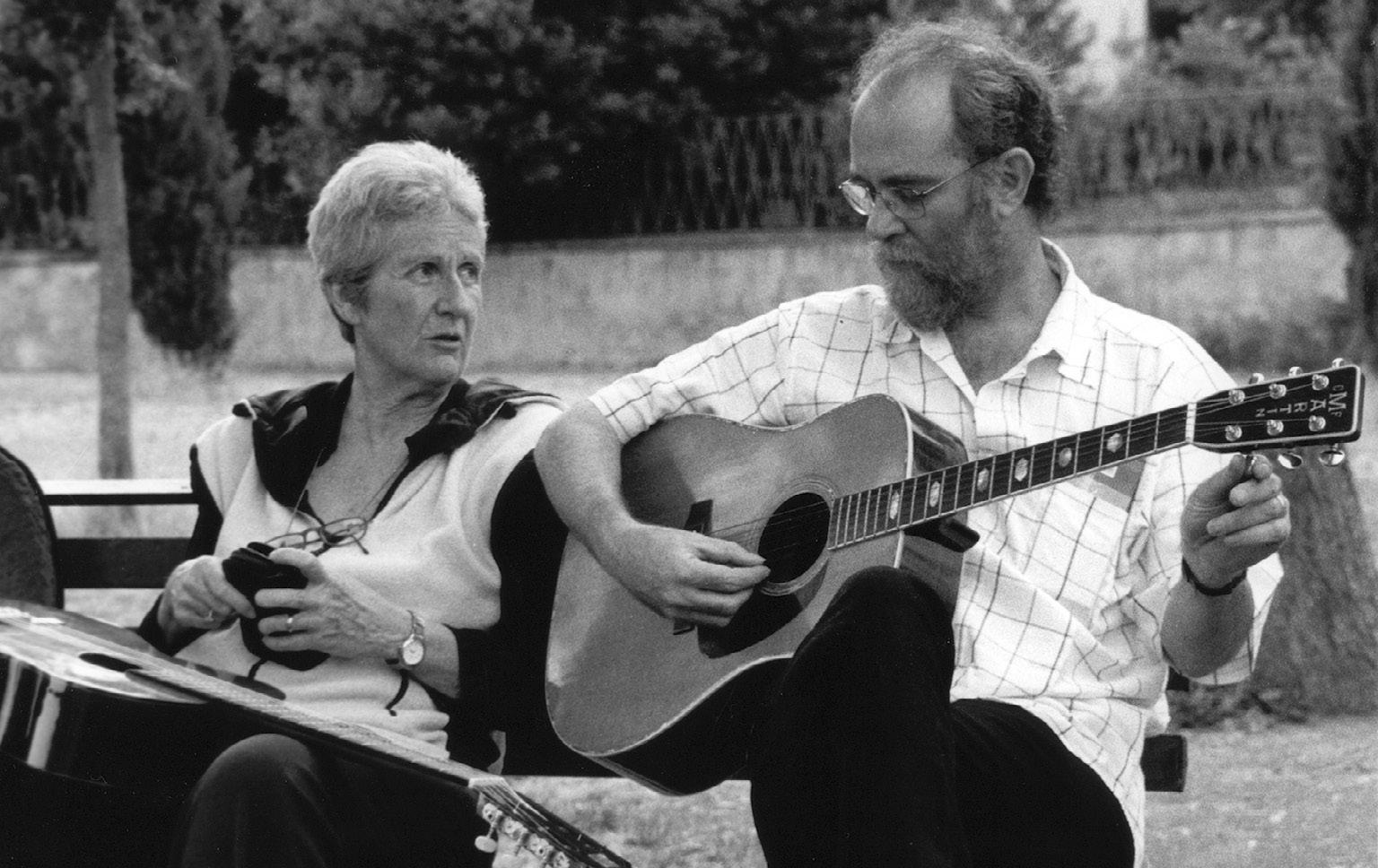 """FIGURA 15. Giovanna Marini e Francesco De Gregori, prove prima del concerto per il festival """"InCanto"""", 2003 (foto: A. Chiti)"""