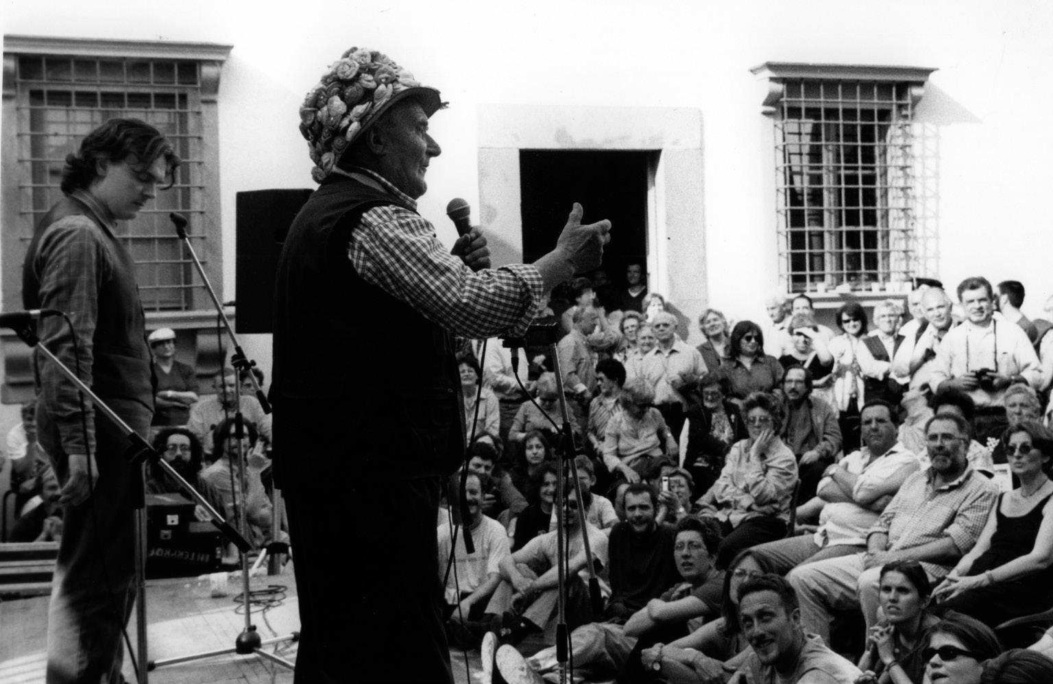 FIGURA 16. I poeti improvvisatori in ottava rima Gianni Ciolli e Altamante Logli sul palco della festa del Primo Maggio, Istituto Ernesto de Martino, 2003 (foto: A. Chiti).